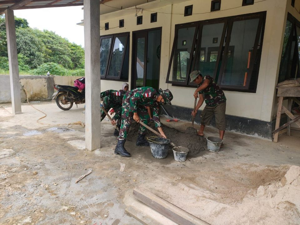 Satgas Pamtas Yonif Mekanis 643/Wns Bersama Warga Renovasi Musholla di Perbatasan