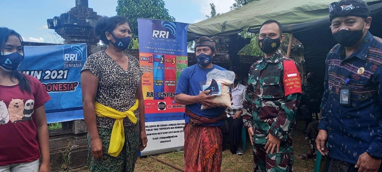 Songsong Hari Radio, RRI Denpasar Gandeng Kodam IX/Udayana Bakti Sosial Bagi Warga Terdampak Covid-19 di Karangasem