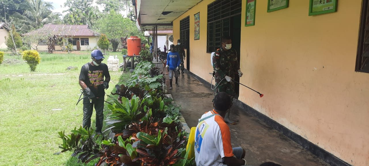 Cegah Penyebaran Covid-19, Satgas Yonif 512/QY Lakukan Penyemprotan Disinfektan di Kampung Perbatasan.