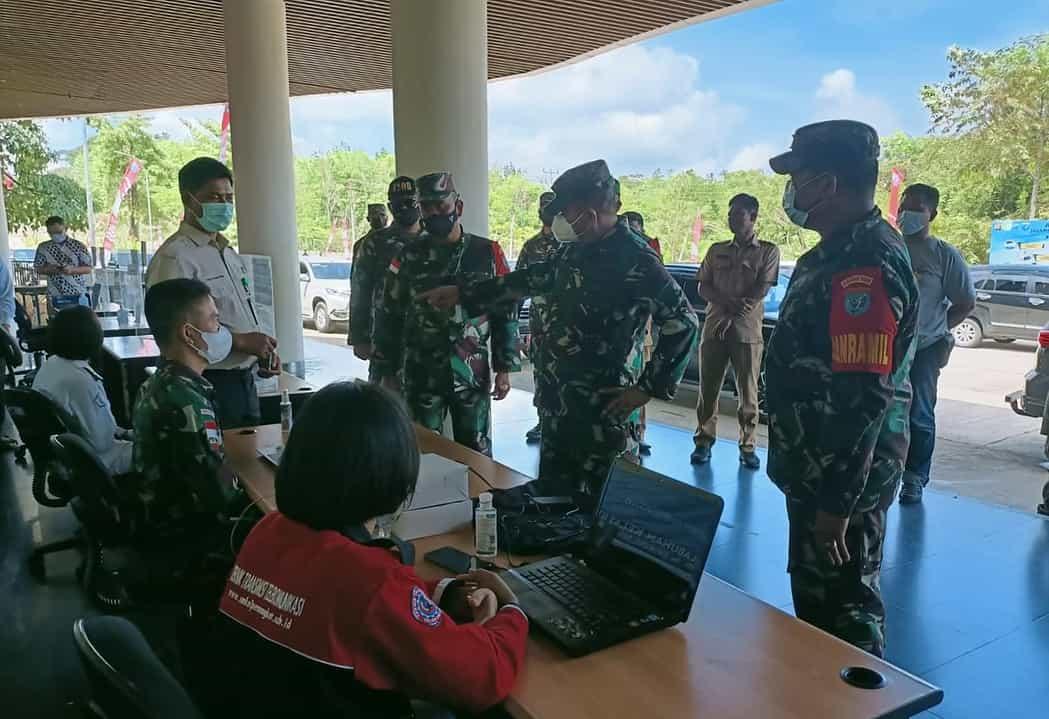 Satgas Pamtas Yonif Mekanis 643/Wns Dampingi Kunjungan Tim Kajida Wantannas di PLBN Aruk.