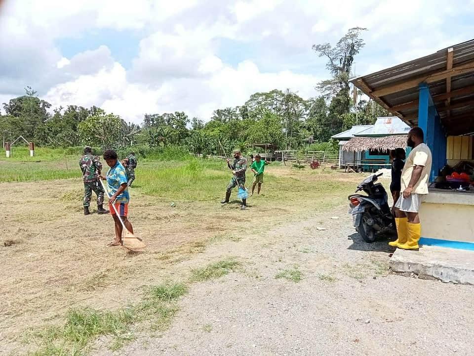 Bersama Masyarakat, Satgas Yonif 131 Gelar Karya Bhakti di Gereja Kristen Injil Papua