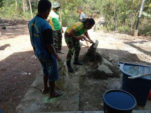 Untuk Kesekian Kalinya, Satgas Yonarmed 6/3 Kostrad Bantu Perbaiki Gereja di Perbatasan