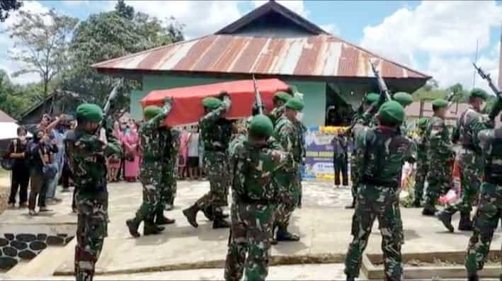 Personel Satgas Yonif 144/JY Menghadiri Upacara pemakaman Jenazah Sertu (Anumerta) Ambrosius Apri Yudiman