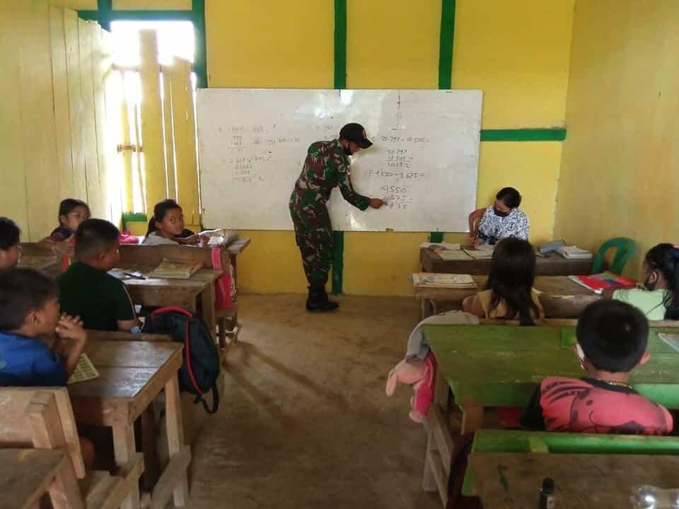 Cerdaskan Anak Bangsa, Personel Satgas Yonif 144/JY Bantu SD Mini Sebagai Gadik dan Edukasi Prokes