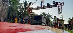 Satgas Yonmek 403 Bangun Gapura Merah Putih di Kampung Workwana