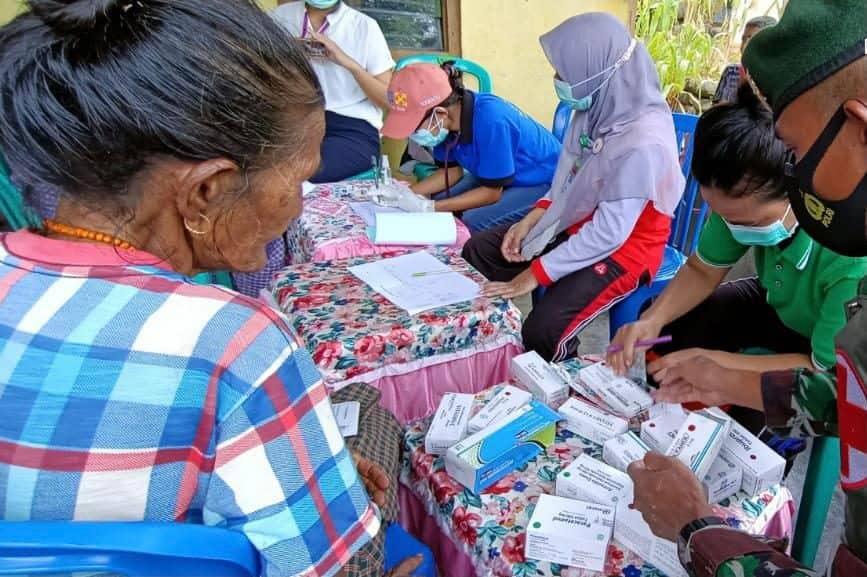 Peduli Kesehatan Lansia, Satgas Pamtas Yonarmed 6/3 Kostrad Gelar Pemeriksaan Kesehatan di Perbatasan