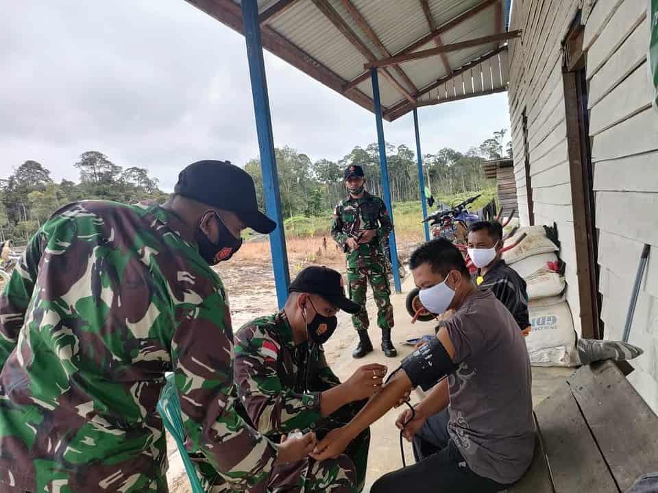 Satgas Yonif 144/JY Sosialisasikan Prokes dan Pelayanan Kesehatan Keliling di Perbatasan