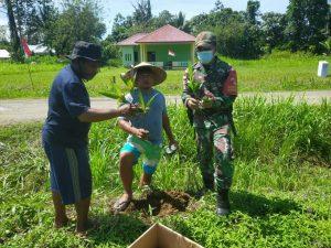 Satgas Yonif 131 Bersama Warga Tanam 100 Pohon Pinang di Kampung Skofro Lama
