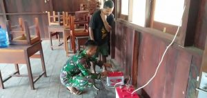 Satgas Yonmek 403 Bantu Perbaiki Instalasi Listrik Warga Kampung Towe Hitam