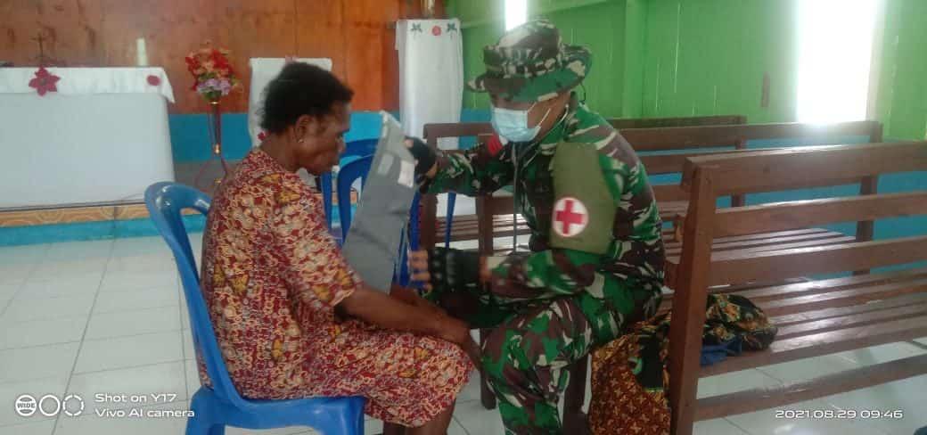 Jaga dan Tingkatkan Kesehatan Warga, Satgas Yonmek 403 Beri Layanan Kesehatan Gratis di Papua