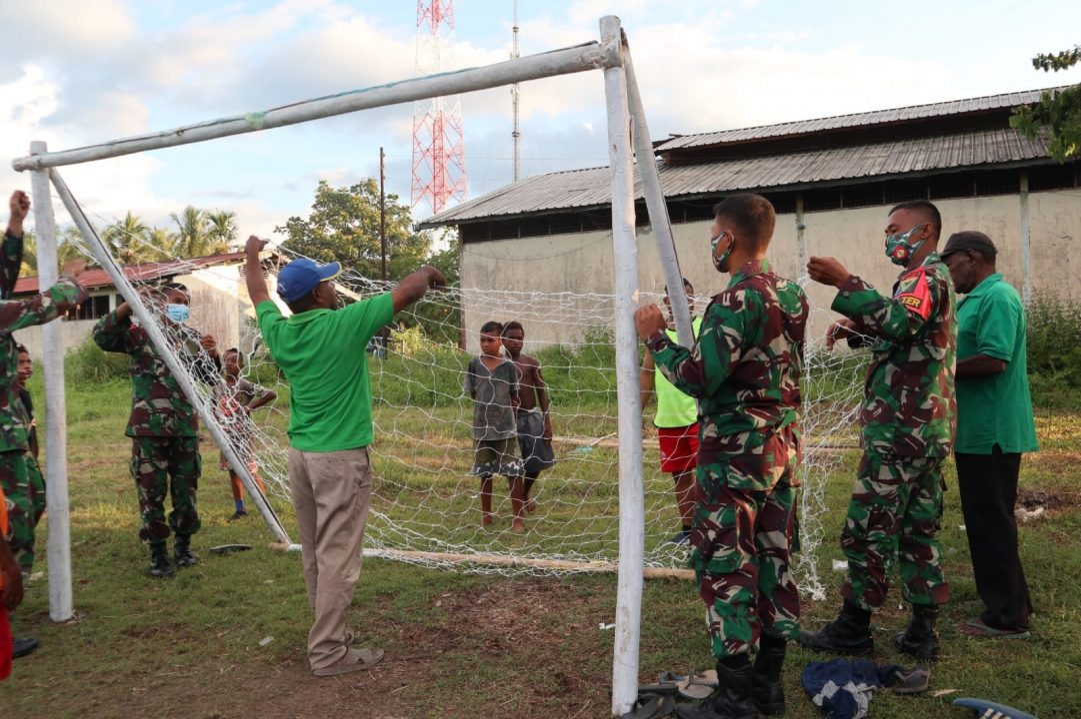 Satgas Yonmek 403 Bantu Fasilitas Olahraga di Kampung Workwana