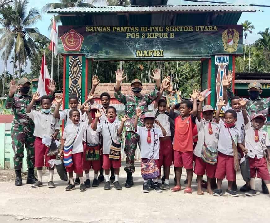 Satgas Yonif 131 Beri Pelajaran Tambahan Kepada Anak-Anak Papua
