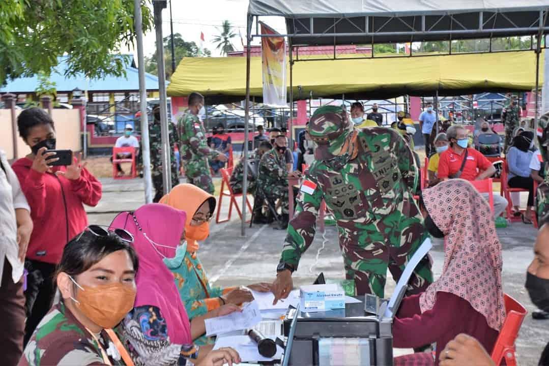 Gencarkan Program Program Pemerintah, Pangdam XVII/Cenderawasih Tinjau Langsung Serbuan Vaksinasi di Kabupaten Keerom