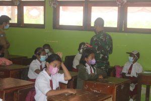 Peduli Dengan Pendidikan di Papua, Satgas Yonif 512/QY Bagikan Buku Tulis di SD Pir IV