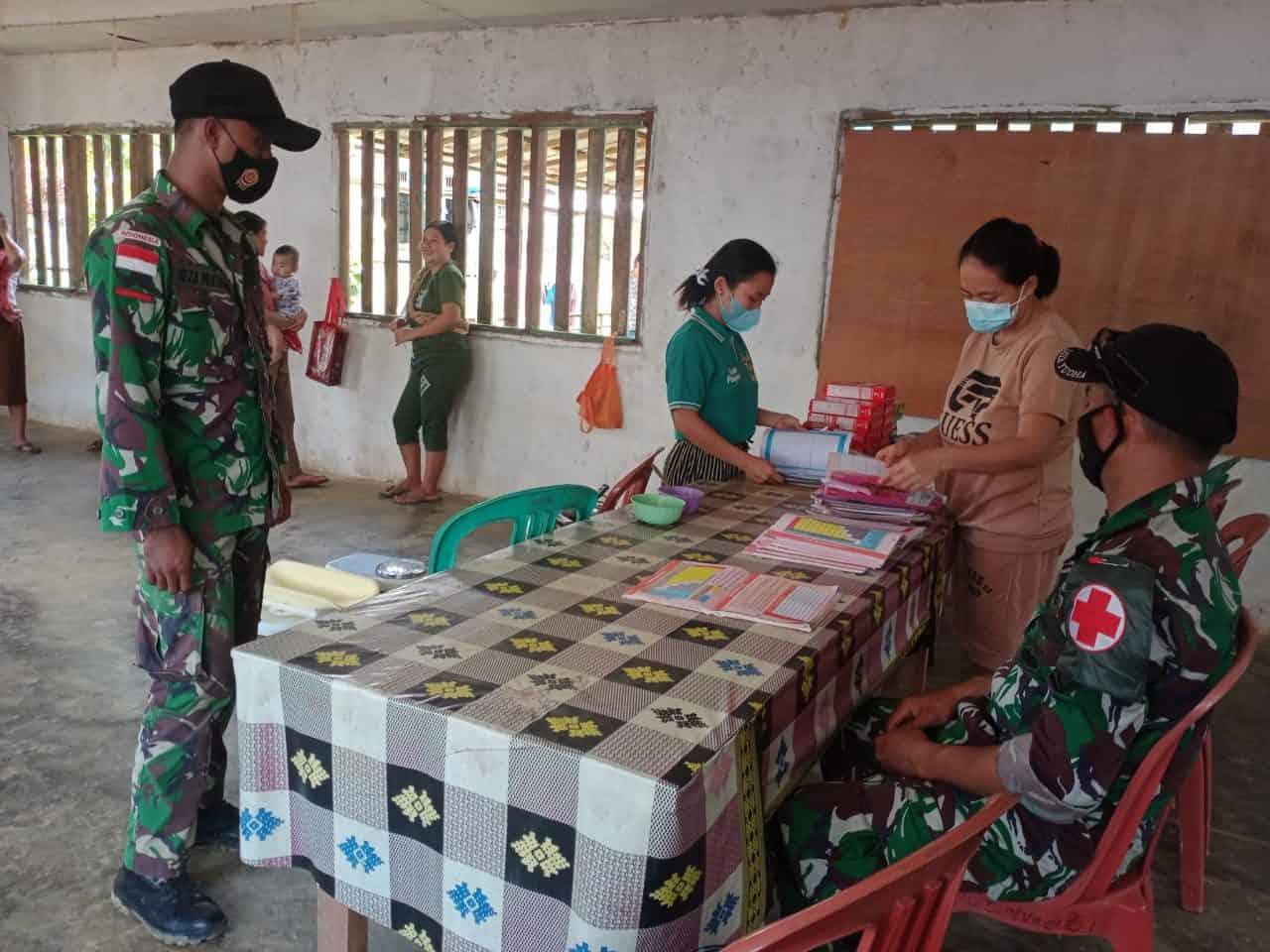 Bersama Tenaga Medis Puskesmas Anggota Satgas Yonif 144/JY Gelar Posyandu di Perbatasan