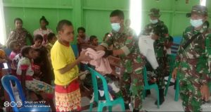 Satgas Yonmek 403 Bagikan Baju Layak Pakai di Perbatasan RI-PNG