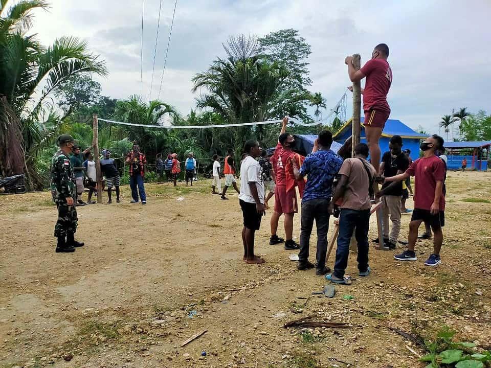 Satgas Yonif 131 Bangun Lapangan Voli di Kampung Nyamuk Papua