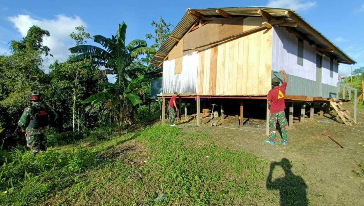 Bantu Kesulitan Rakyat, Satgas Yonif 131/Brs Renovasi Rumah Warga di Papua
