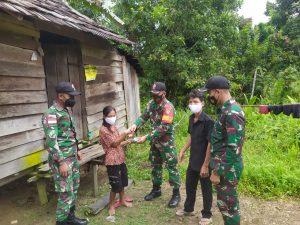 Personel Satgas Yonif 144/JY Bersama Perangkat Desa Bantu Pendistribusian BLT Warga Perbatasan