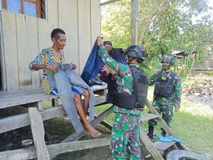 Patroli Simpatik, Satgas Yonif 131 Beri Yankes dan Pakaian Layak Pakai Kepada Warga Papua