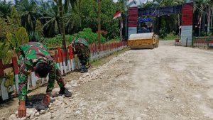 Perbaiki Jalur Perkampungan, Satgas Yonif Mekanis 403/WP Benahi Jalan Rusak di Wilayah Perbatasan RI-PNG