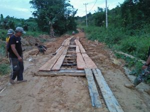 Personel Satgas Yonif 144/JY Gotong Royong Buat Jembatan Jalan Bersama Masyarakat di Perbatasan