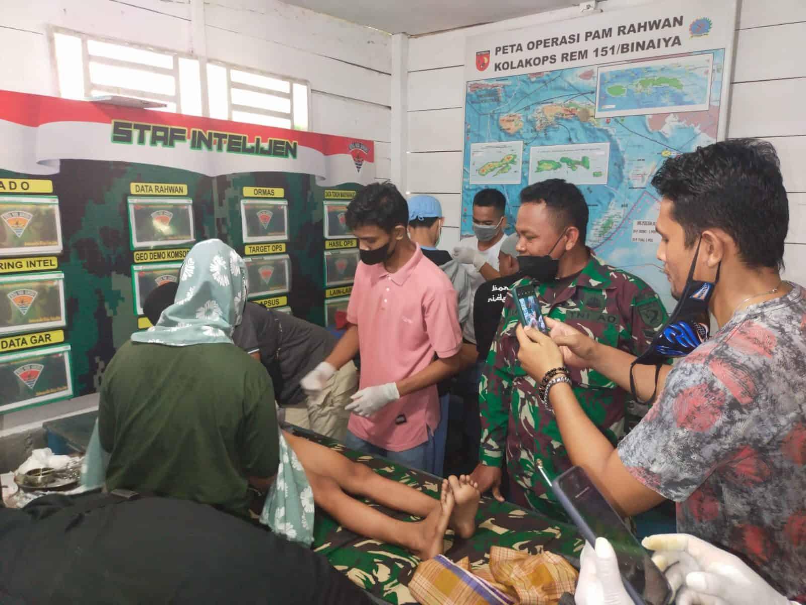 Satgas Yonif 734 Gelar Pengobatan Massal dan Khitanan Gratis di Dusun Leamahu