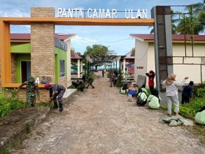Jaga Lingkungan Bersih, Satgas Pamtas Yonif Mekanis 643/Wns Bersihkan Pantai Camar Bulan