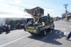 Cegah Penyebaran Covid -19, Wilayah Desa Batubulan Diguyur Eco Enzyme