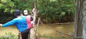 Satgas Yonif 144JY Karya Bakti Benahi Jembatan Gantung di Perbatasan