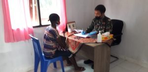 Korem 181/PVT Gelar Baksos Pelayanan Kesehatan Bagi Masyarakat Pengungsi Aifat, Maybrat