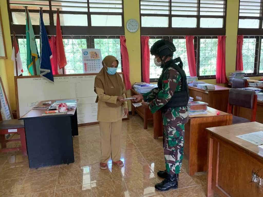 Lindungi Warga Perbatasan Dari Virus Covid-19, Satgas Yonif 512/QY Bagikan Masker