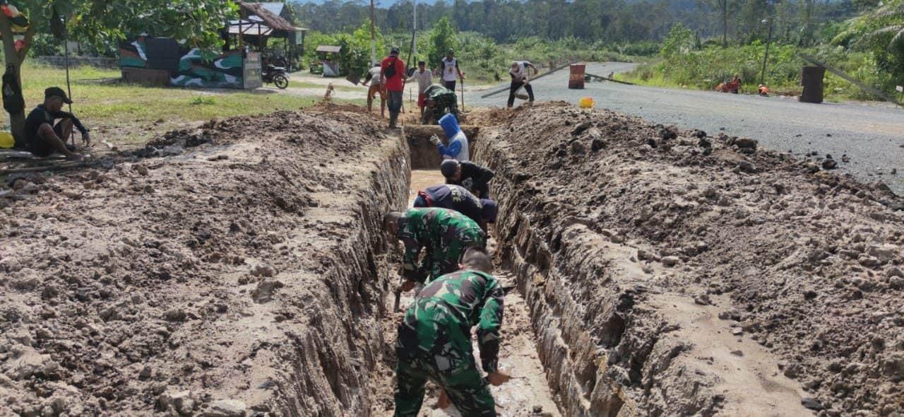 Siaga Banjir, Satgas Pamtas Yonif Mekanis 643/Wns Lakukan Karya Bakti Pembuatan Drainase Air Bersama Masyarakat