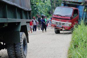 Terperosok dan Nyaris Terbalik, Satgas Yonmek 403 Evakuasi Truk Antar Jemput Anak Sekolah di Papua