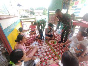 Cegah Covid-19 Anggota Satgas Yonif 144/JY Bagikan Masker Doot to Door Kepada Warga Perbatasan