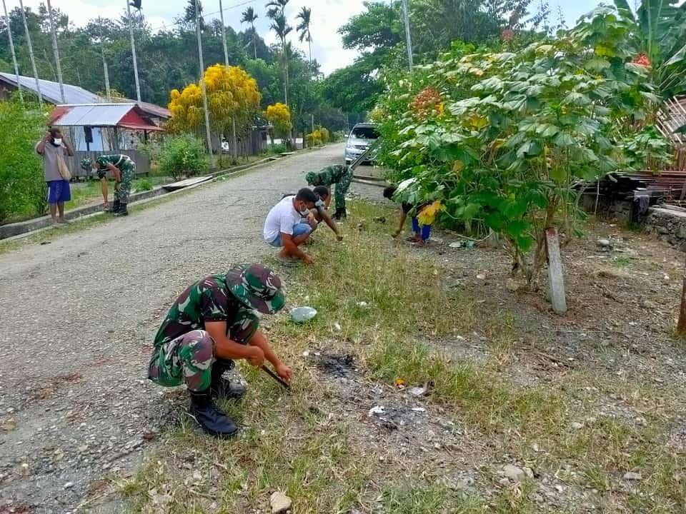 Satgas Yonif 512/QY Bersama Warga Kampung Banda Bersihkan Jalan Poros Kampung Perbatasan RI-PNG