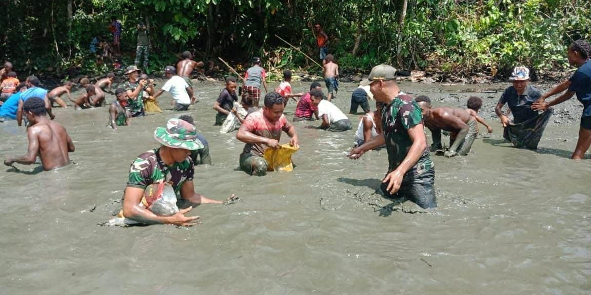 Satgas Yonif 131/Brs Bersama Warga Kampung Skofro Lama Panen Ikan