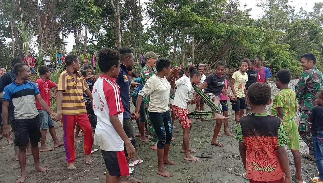 Jaga Kebersamaan Generasi Muda, Satgas Yonif 131 Gelar Berbagai Permainan di Papua