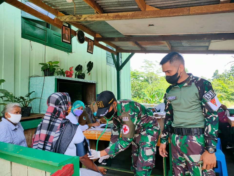 Satgas Yonif 131/Brs Laksanakan Serbuan Vaksinasi Covid-19 di Papua