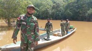 Sulitnya Medan yang Dilewati, Satgas Yonif 144/JY Suplai Logistik Via Sungai di Perbatasan
