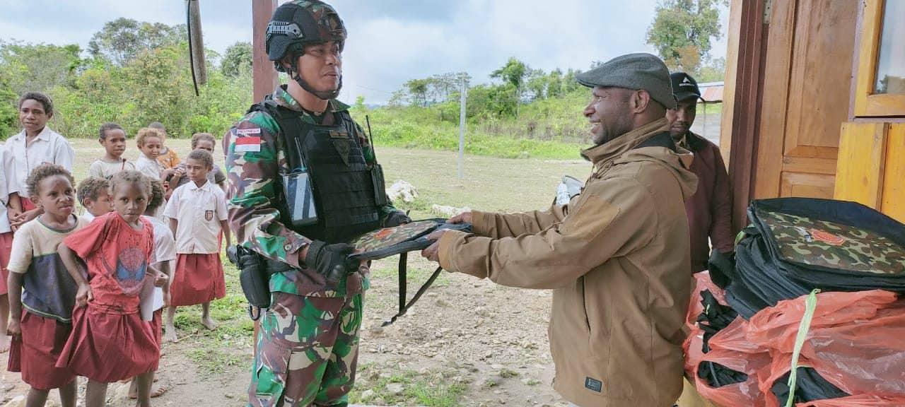 Satgas Yonmek 403 Bagikan Tas Sekolah Kepada Pelajar Perbatasan RI-PNG
