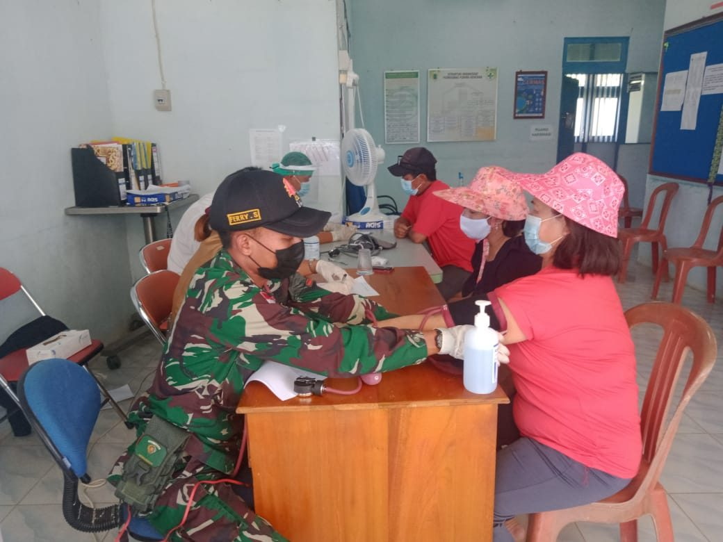 Sinergitas Personel Satgas Yonif 144/Jy Dengan Polri Pada Vaksinasi Covid-19 Warga Di Perbatasan