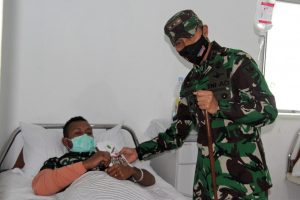 Wujud Kepedulian, Pangdam XVII/Cenderawasih Jenguk Nakes di RS Marthen Indey