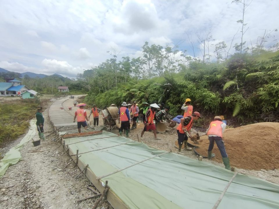 Karya Bakti Satgas Yonif 144/JY Membuat Jalan Desa Bersama Warga Perbatasan