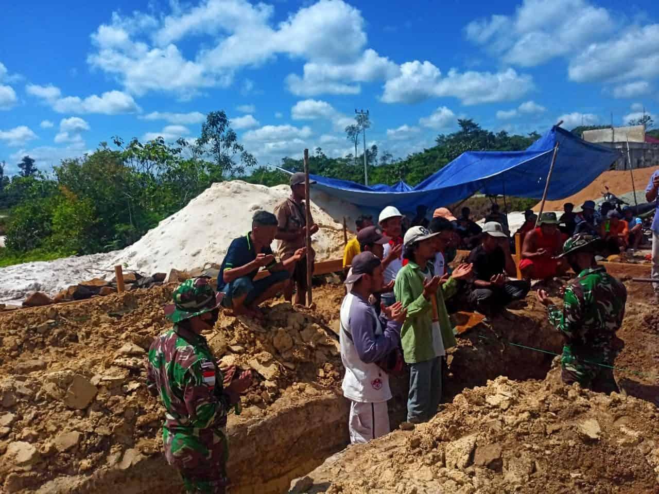 Satgas Pamtas Yonif Mekanis 643/Wns Bantu Bangun Masjid Di Perbatasan RI – Malaysia.