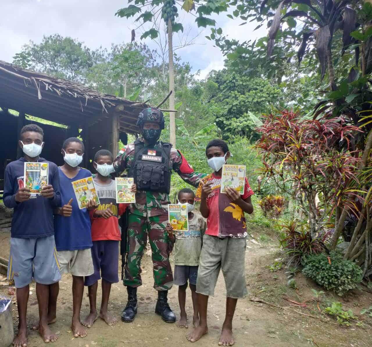 Kunjungi Anak-anak di Kampung Perbatasan, Satgas Yonif 512/QY Bagikan Buku dan Alat Tulis