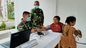 Dukung Program Pemerintah, Satgas Yonmek 403 Bantu Serbuan Vaksinasi di Perbatasan RI-PNG