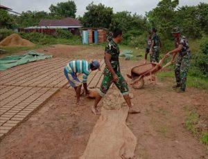 Sambangi Pembuat Batu Bata, Personel Satgas Yonif 757/GV Ajarkan Pemasaran Melalui Sarana Media Sosial