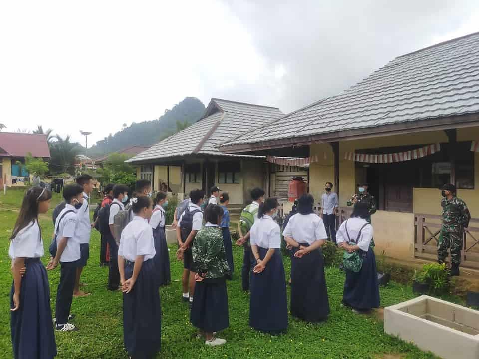 Satgas Pamtas Yonif Mekanis 643/Wns Ajarkan Bahasa Inggris Kepada Anak Sekolah Di Perbatasan