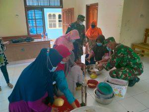 Bangkitkan Semangat Berwirausaha, Satgas Yonif 512/QY Bersama Warga Manfaatkan Jantung Pisang Jadi Makanan Ringan